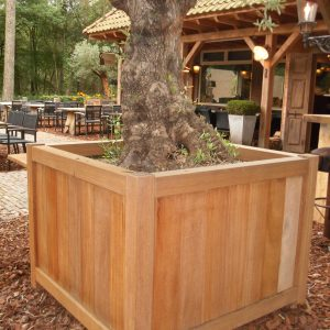 grote hardhouten plantenbak